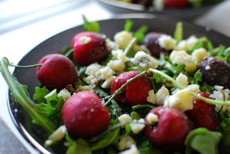 arugula salad with cherries and blue cheese
